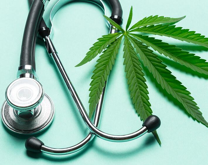 Stettoscopio e pianta di marijuana